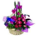 çikolata ve sepette çiçek   Çorum çiçek gönderme