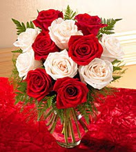 Çorum anneler günü çiçek yolla  5 adet kirmizi 5 adet beyaz gül cam vazoda
