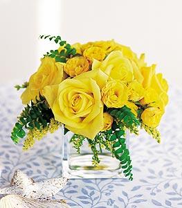 Çorum 14 şubat sevgililer günü çiçek  cam içerisinde 12 adet sari gül