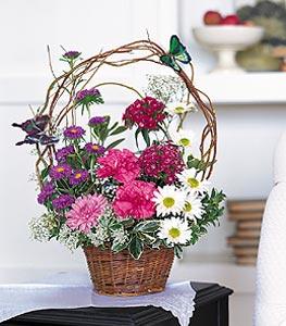 Çorum 14 şubat sevgililer günü çiçek  sepet içerisinde karanfil gerbera ve kir çiçekleri