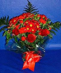 Çorum çiçek siparişi sitesi  3 adet kirmizi gül ve kir çiçekleri buketi