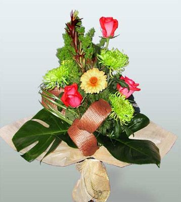 Çorum çiçekçi mağazası  3 adet gül 4 adet gerbera çiçegi sade buket
