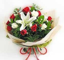 güller ve kazablanklardan görsel bir buket  Çorum internetten çiçek siparişi