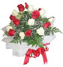Çorum hediye çiçek yolla  12 adet kirmizi ve beyaz güller buket