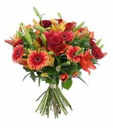 Çorum çiçek satışı  3 adet kirmizi gül ve karisik kir çiçekleri demeti