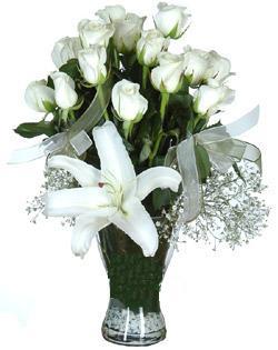 cam içerisinde 11 beyaz gül ve 1 kazablanka  Çorum çiçekçiler