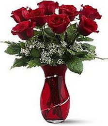Vazo içinde 8 adet kirmizilar içinde güller  Çorum online çiçek gönderme sipariş