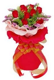 Çorum 14 şubat sevgililer günü çiçek  8 Adet kirmizi güllerden buket tanzimi