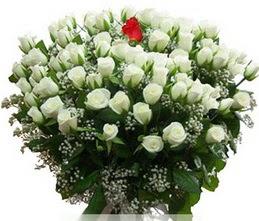 Çorum internetten çiçek siparişi  100 adet beyaz 1 adet kirmizi gül buketi