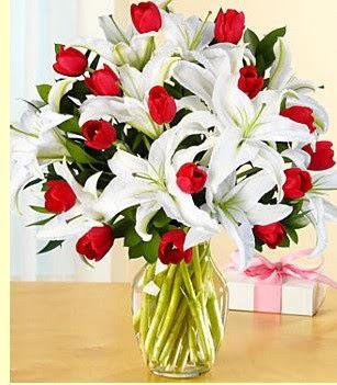 Çorum çiçekçiler  3 kazablanka 10 kırmızı gül vazosu