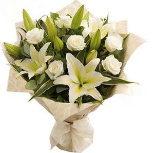Çorum çiçek online çiçek siparişi  3 dal kazablanka ve 7 adet beyaz gül buketi