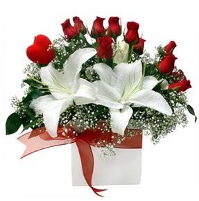 Çorum internetten çiçek satışı  1 dal kazablanka 11 adet kırmızı gül vazosu