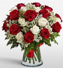 Vazoda 12 kırmızı 12 beyaz gül tanzimi  Çorum anneler günü çiçek yolla
