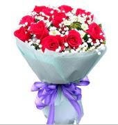 12 adet kırmızı gül ve beyaz kır çiçekleri  Çorum internetten çiçek satışı