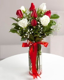 5 kırmızı 4 beyaz gül vazoda  Çorum 14 şubat sevgililer günü çiçek