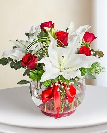 Fanus Vazoda 2 Lilyum ve 5 Gül Dansı  Çorum çiçek satışı