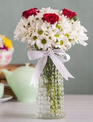 Papatya Ve Güllerin Uyumu camda  Çorum çiçek gönderme