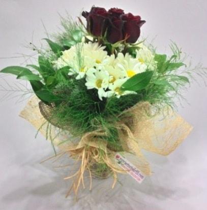 5 adet kırmızı gül ve kırızantem buketi  Çorum uluslararası çiçek gönderme