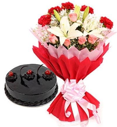 Karışık mevsim buketi ve 4 kişilik yaş pasta  Çorum internetten çiçek satışı